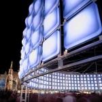 """Zitate oder Gedanken der Besucher zum Thema """"Blau"""" werden interaktiv in den Stadtraum projiziert"""