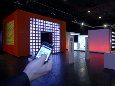 The cube as an interactive and emotional center of attention within the show