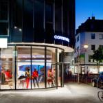 Das Schaufenster der comma Filiale auf der Mittelstraße ist aus mehreren hundert Metern sichtbar.