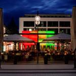 Abends bietet der Glaskubus durch seine Beleuchtung eine stimmungsvolle Atmosphäre für seine Besucher
