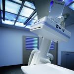 Der Patient bekommt den Anschein, dass er durch ein verglastes Dach den attraktiven Wolkenhimmel betrachten kann.