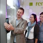 Antonius Quodt demonstriert Passanten den Scan eines QR-Codes mit seinem W-LAN-fähigen Smartphone.