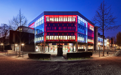 (Deutsch) Fassadenlichtkunstinstallation und powerglass® Fassadenlogo