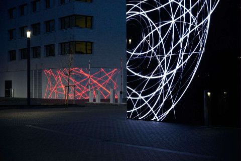 (Deutsch) Das Lichtsystem ist direkt an das Intranet der Institute gekoppelt, somit werden die internen Aktivitäten durch Lichtszenen von außen sichtbar.