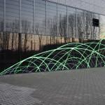 Das Netzwerk des IPT wird durch Lichtimpulse in den wechselnden Farben weiß, grün und blau auf der Glasfassade sichtbar.