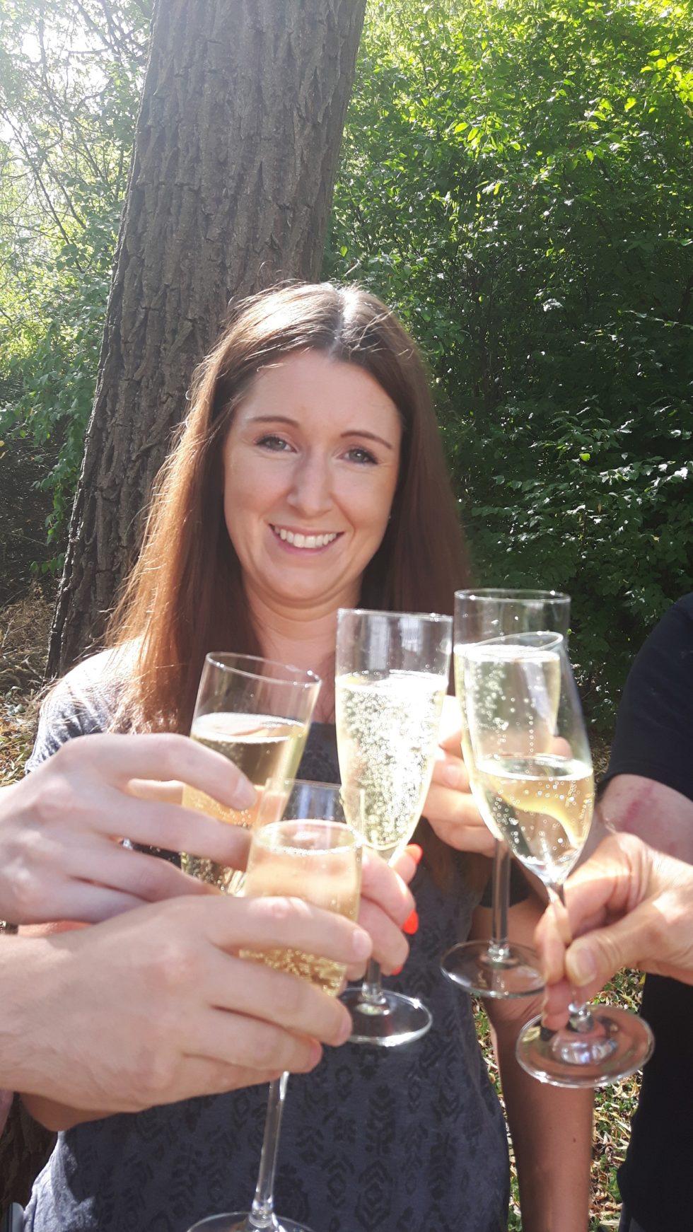 Freitag…  Sonne…  …grillen, und ein Glas Sekt auf Sandras 10-jähriges Jubiläum
