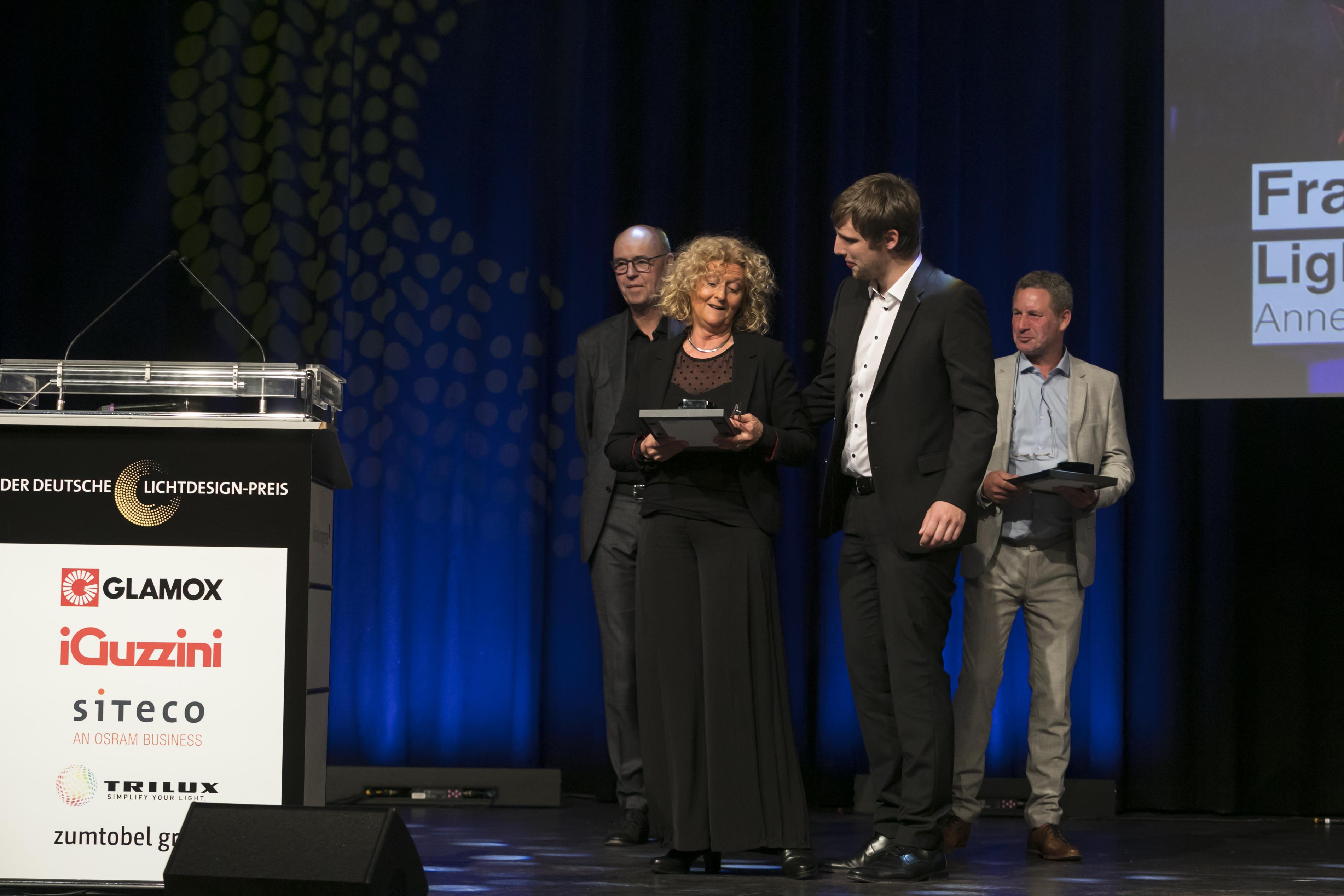 [:de]Laudator Prof. Dr.-Ing Paul W. Schmits mit Annette Sauermann, Lukas Gössling und Antonius Quodt bei der Preisverleihung des Deutschen Lichtdesign-Preises 2018[:]